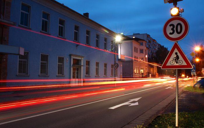 RADAR pre detekciu rýchlosti 201 nočná fotografia