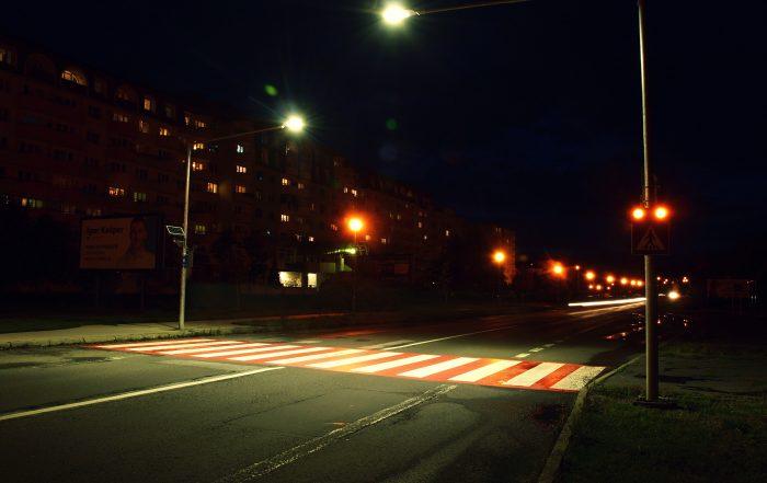 Inteligentný priechod pre chodcov 102 nočná fotografia
